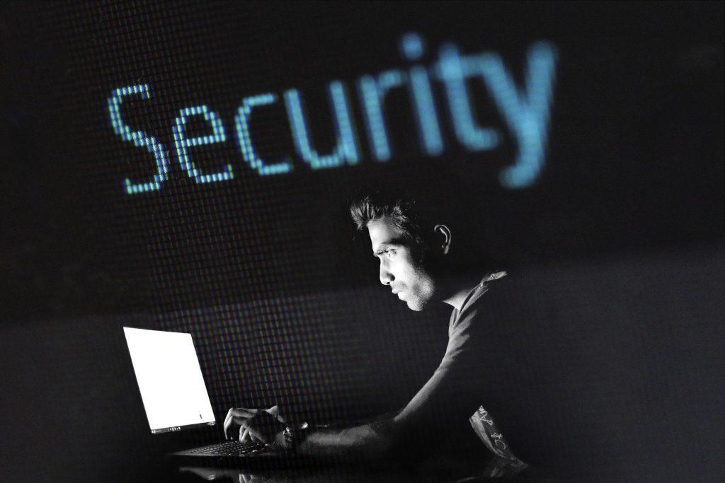 Homme sur ordinateur sécurité web
